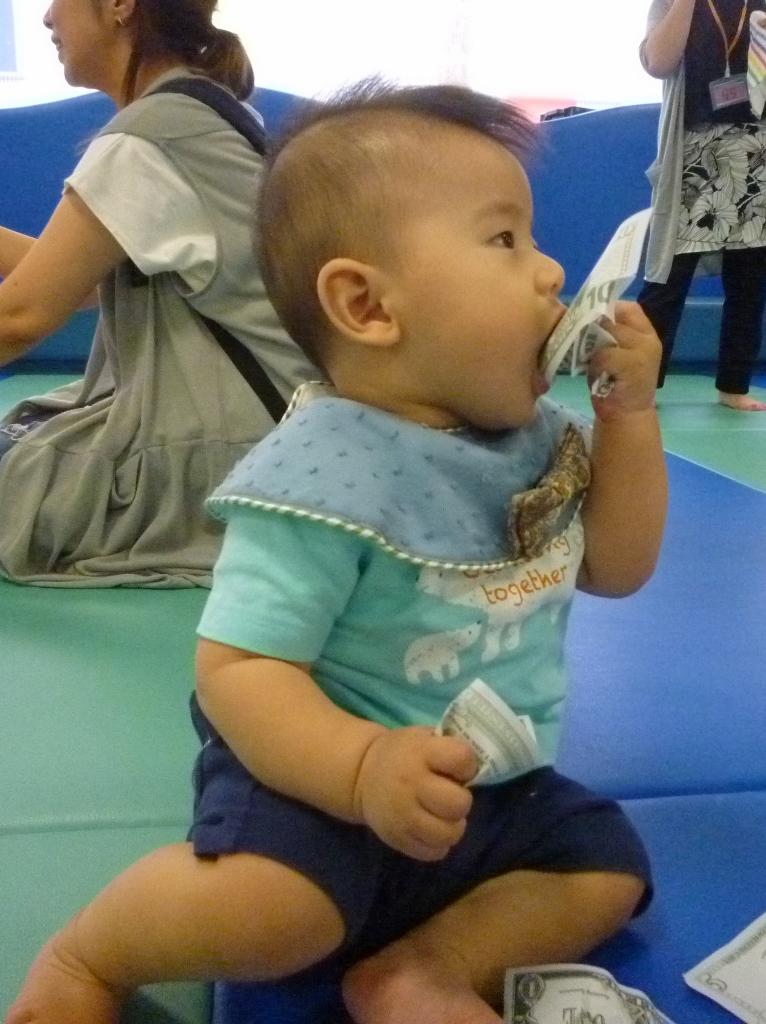 紙は赤ちゃんに人気 (766x1024)