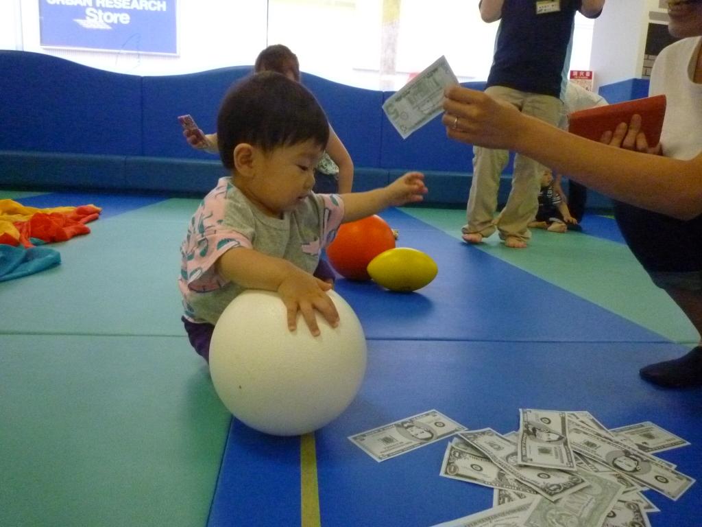 1位の子、お金の直前でボールへ。その後ママにお金を渡す (1024x768)
