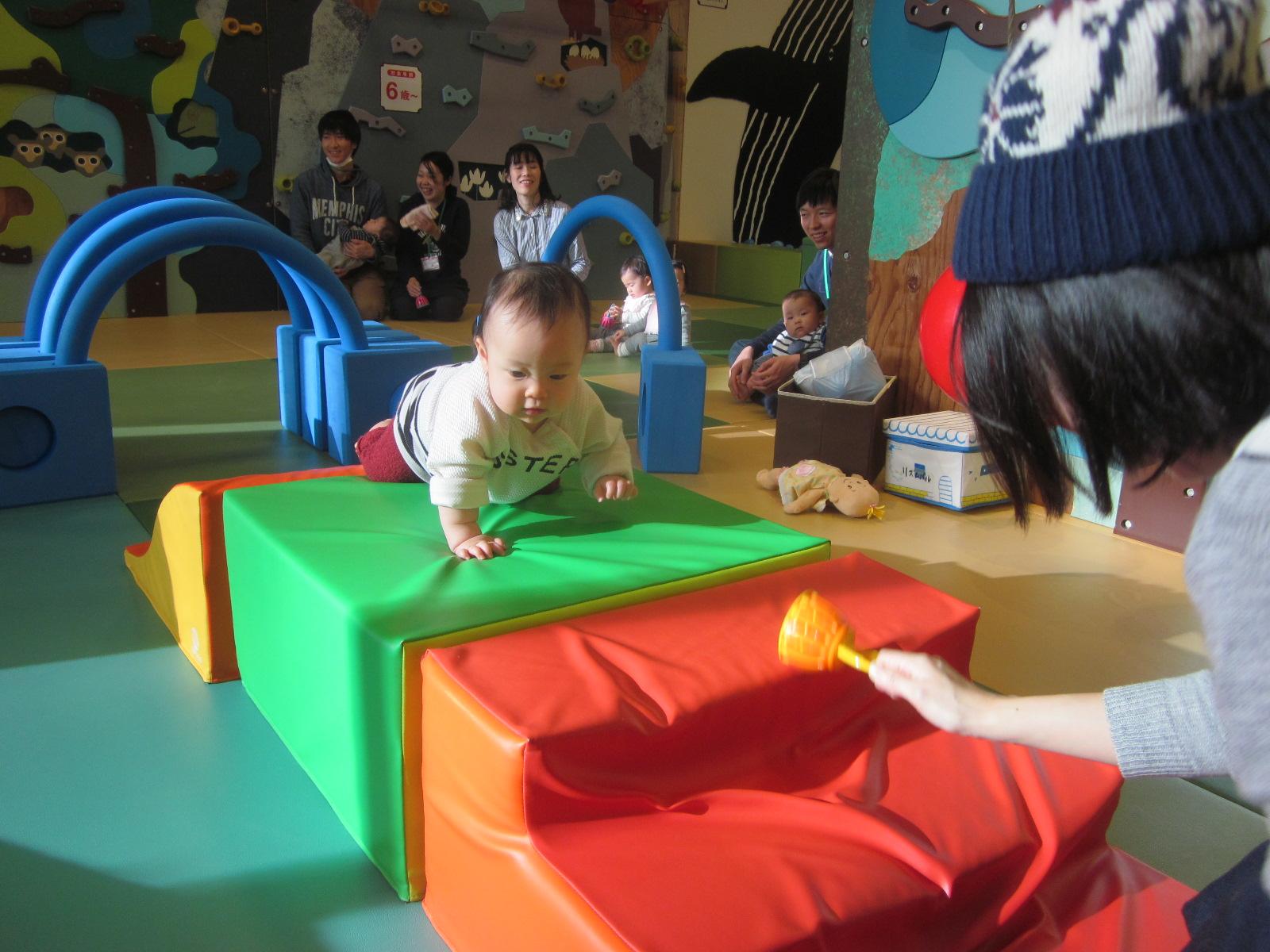 【木曜開催】赤ちゃんの日「ちょうちょになってハイハイレース!」