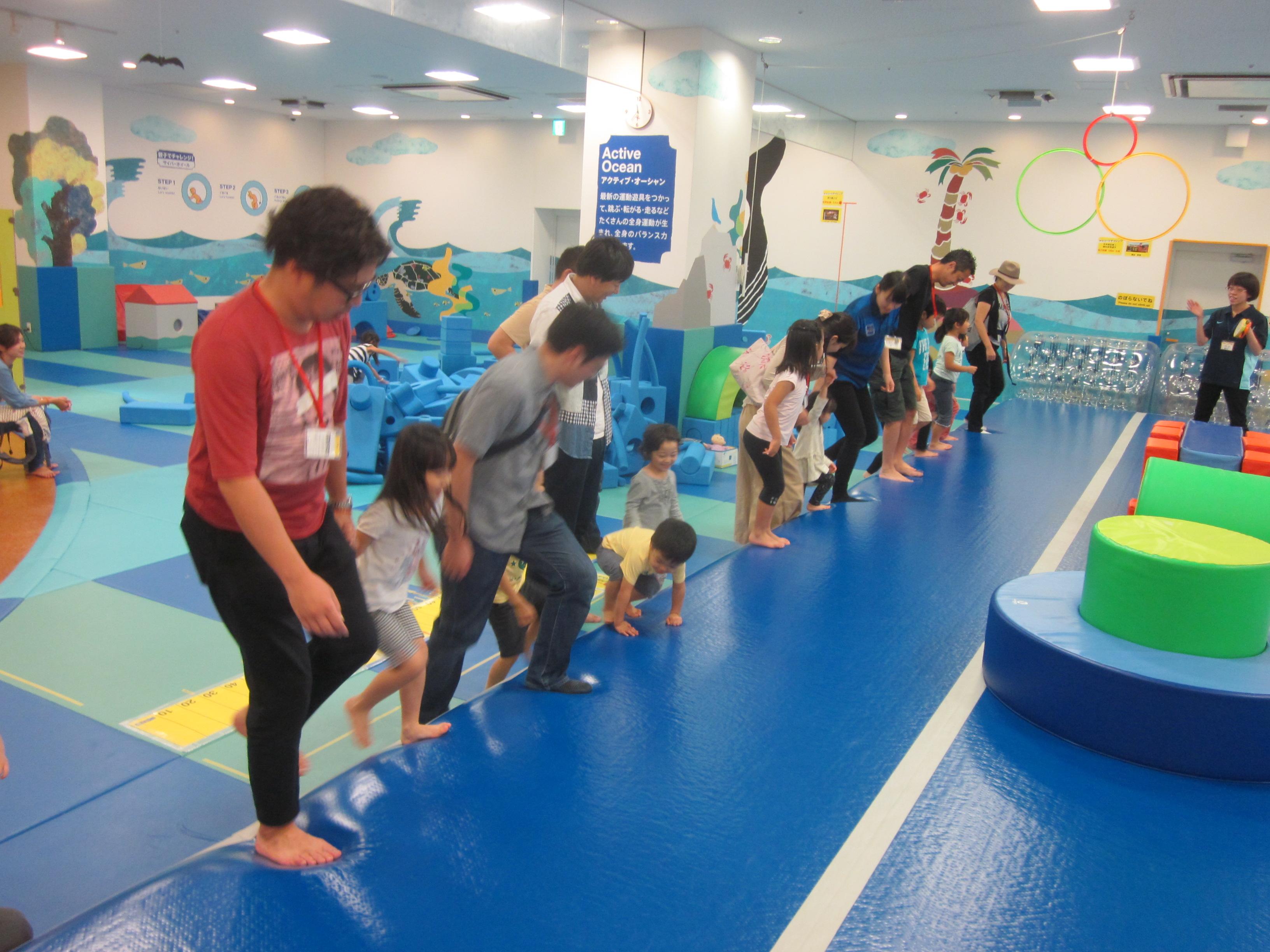 【スポーツの秋】アスリートチャレンジ「走って、跳んで、障害物競争!」を行いました