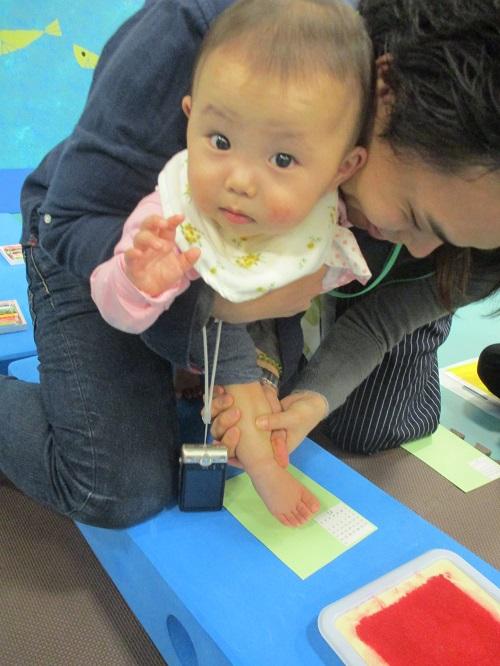 11月2日(木)赤ちゃんの日イベント「足形でサンタクロースをつくろう」を行いました!