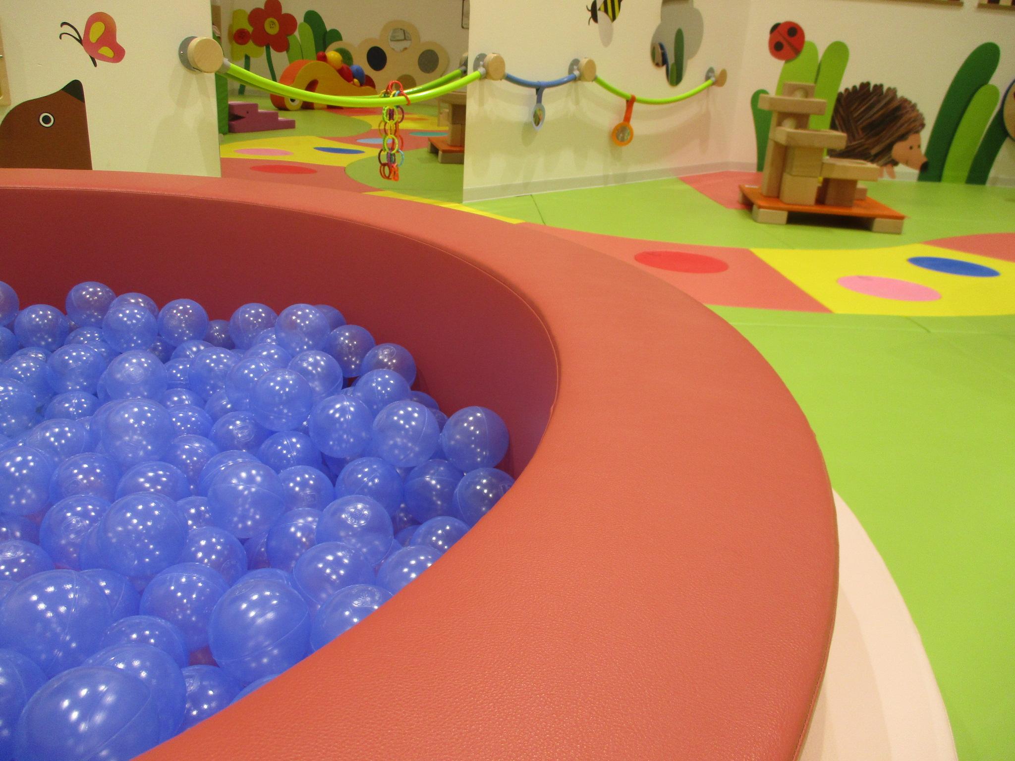 赤ちゃんとボールあそび~ベビーガーデンおすすめ遊具~