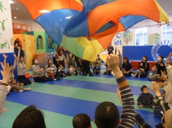 今週の赤ちゃんイベント「パラバルーンであそぼう」と「手形・足型ぺったんこ」を行います!