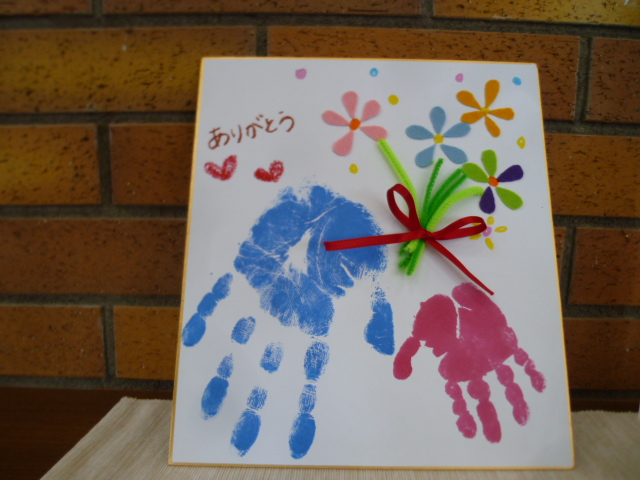 4月のクラフト体験会は親子手形でフラワーブーケづくり!