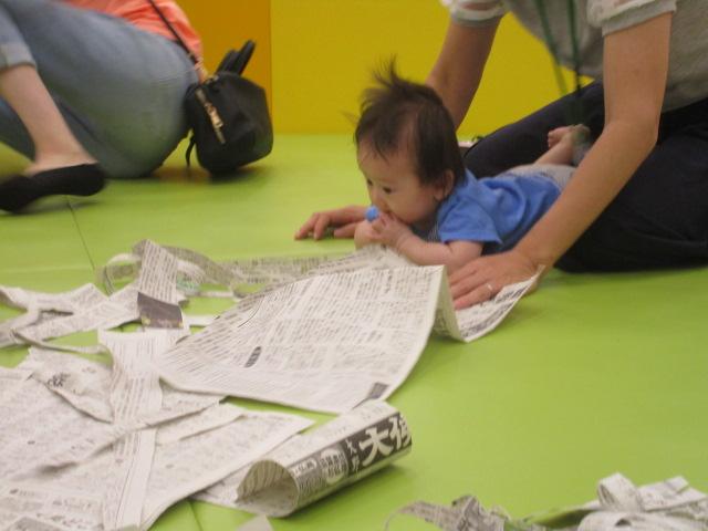 新聞紙で遊びました♪
