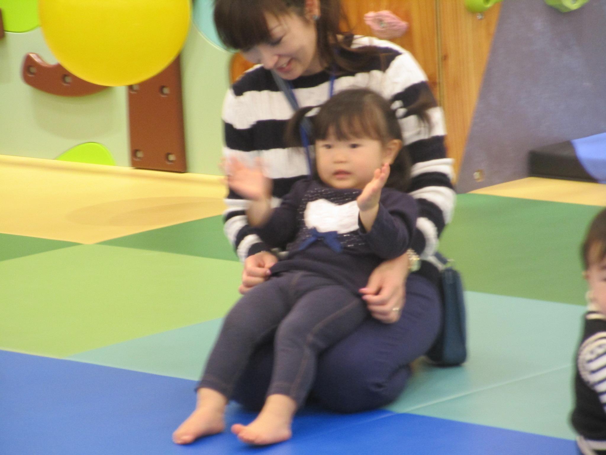 赤ちゃんとパラシュートであそびました!