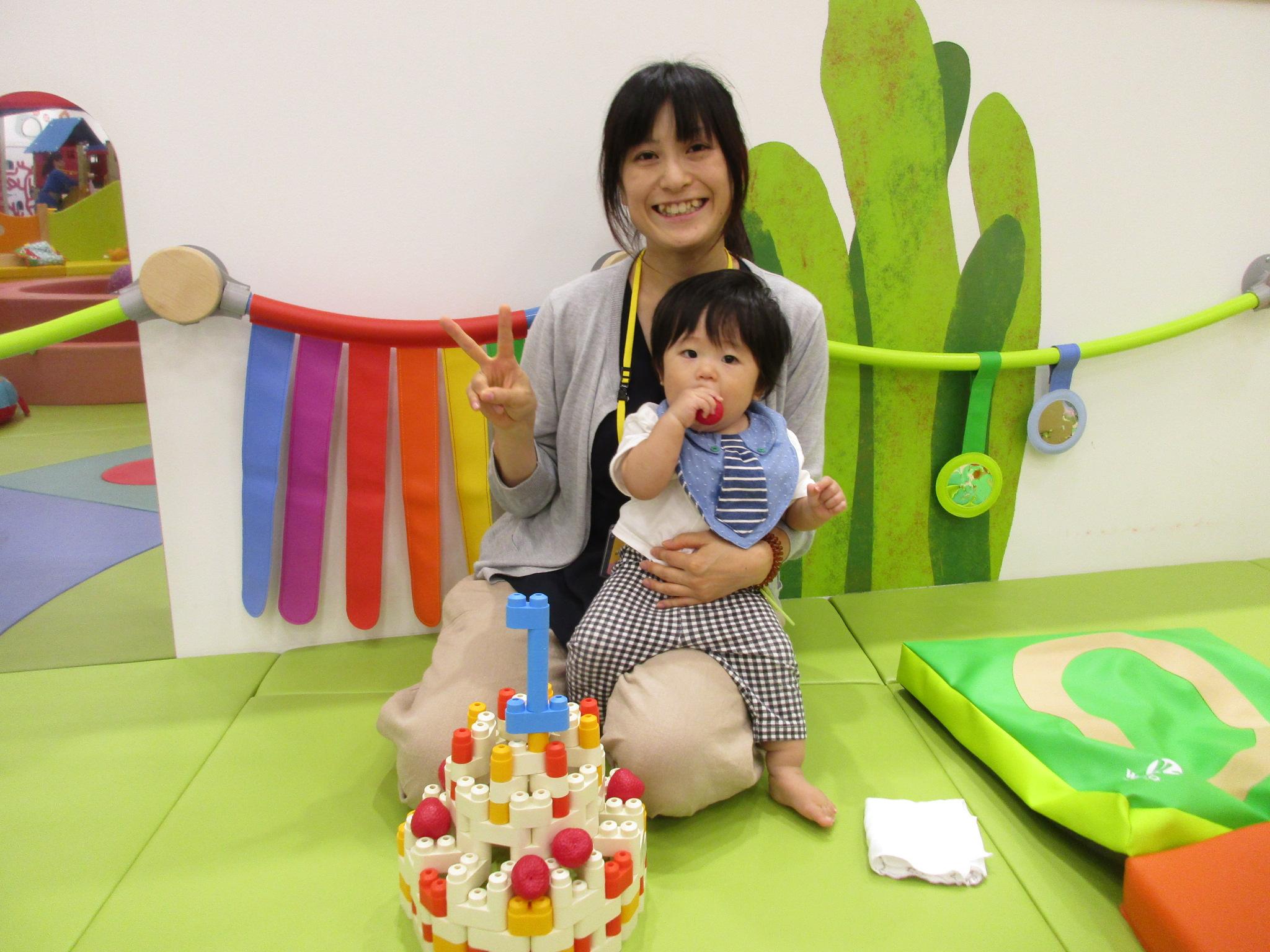 手形をとろう~10月生まれさんのお誕生日会~