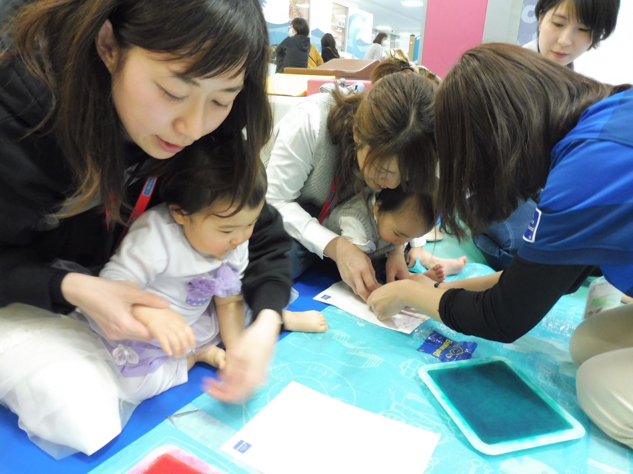 8月【赤ちゃんの日】手形でうちわを作ろう