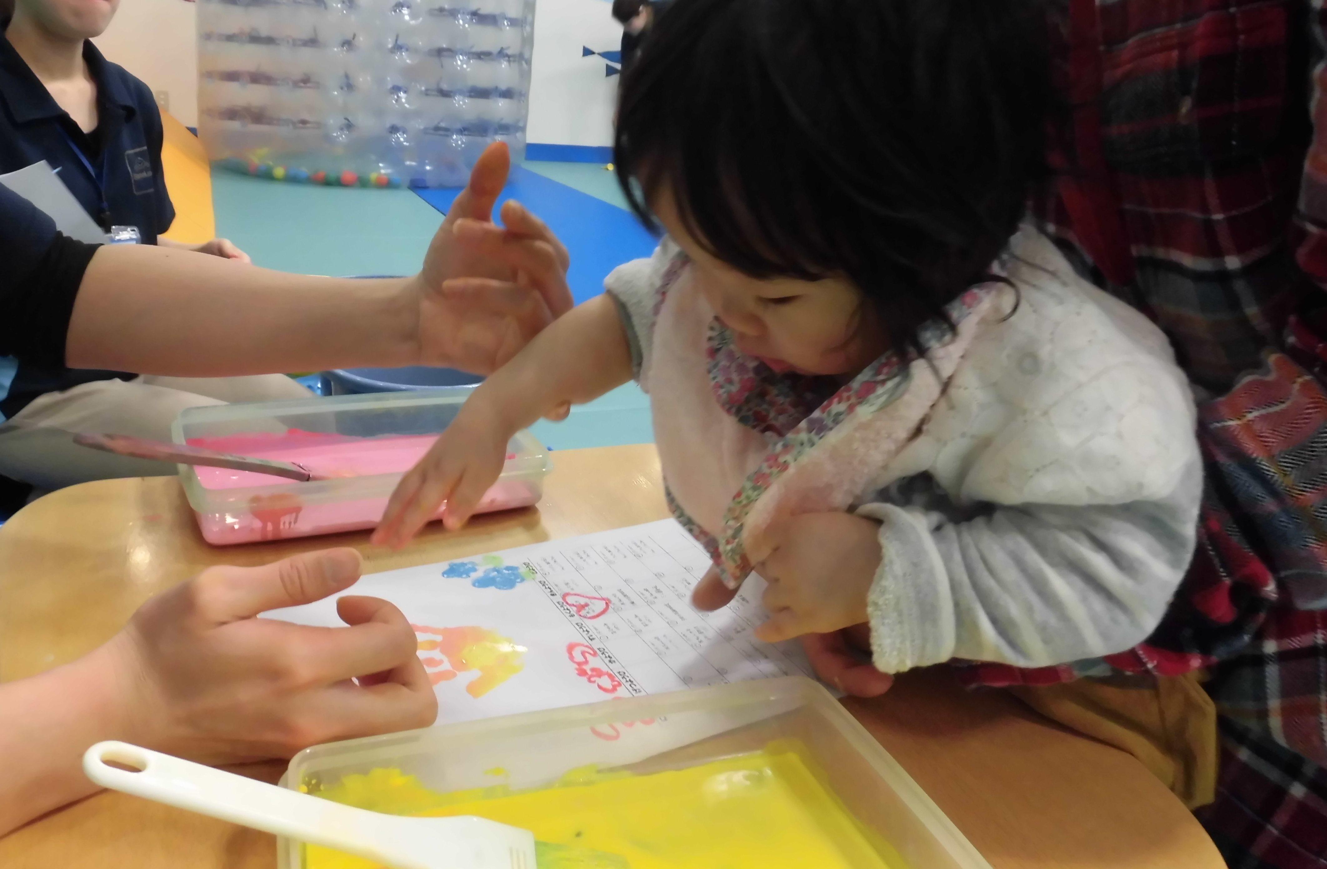 【毎週火曜日は赤ちゃんの日】手形・足形で2月のカレンダー作り!