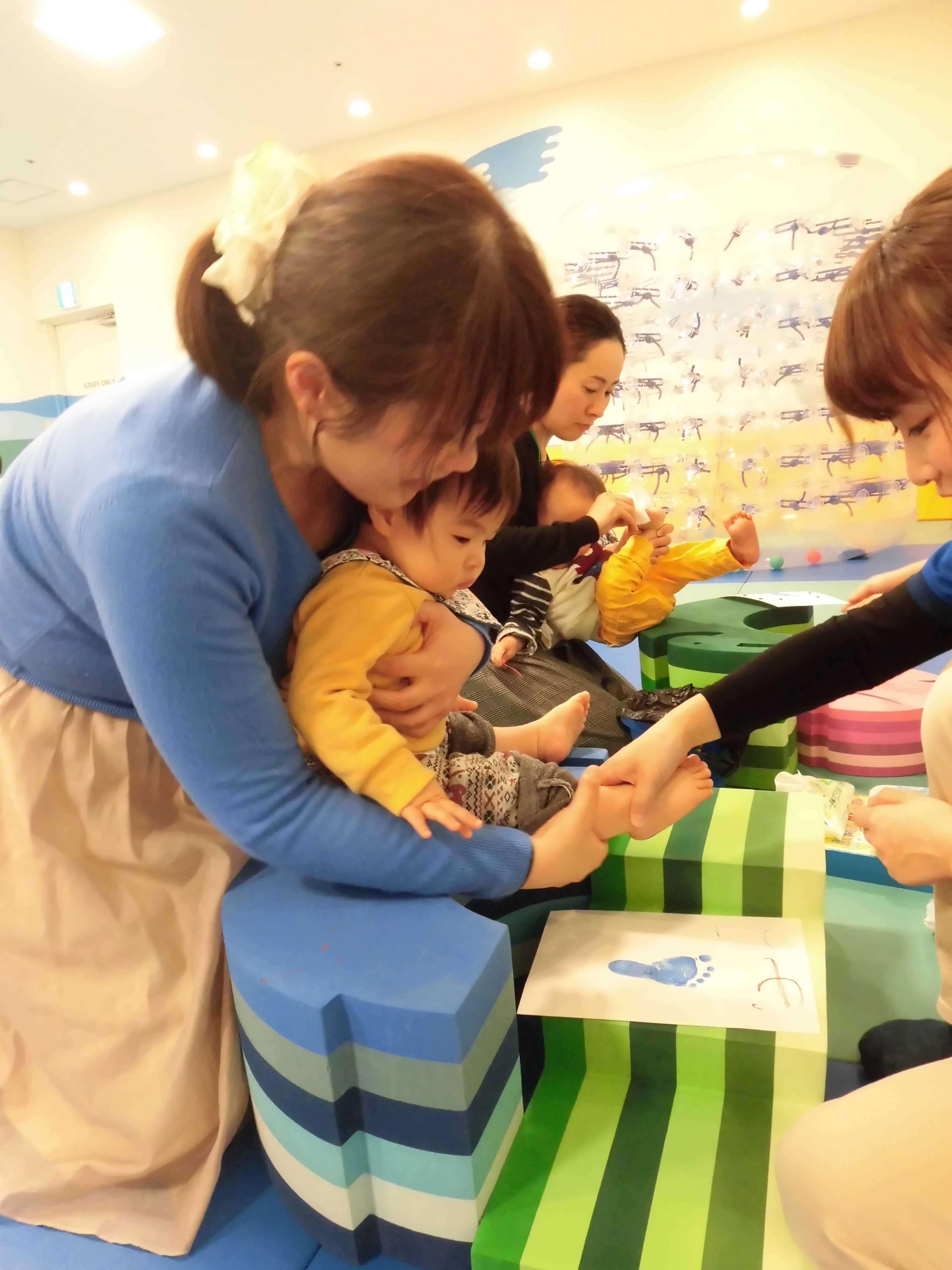 【毎週木曜日は赤ちゃんの日】手形・足形でバレンタインのプレゼントづくり☆
