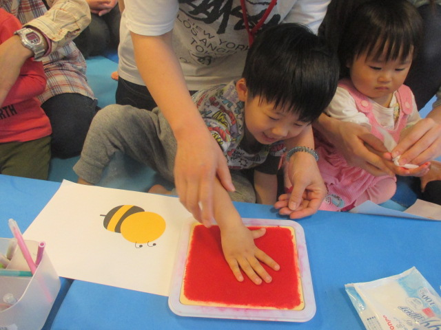 4月15日 8周年イベント「手形で大きなハチを作ろう」