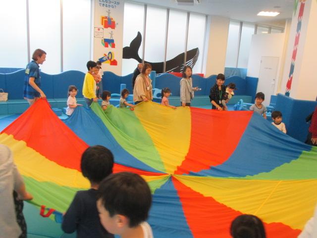 「水曜日イベント ①パラシュートあそび ②折り紙で動物づくり」